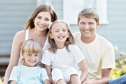 Счастливая семья в лесу - мама, папа и две девочки 54